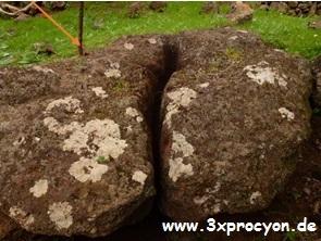 Ein Felsen unter dem eventuell in einem Gefäß Regenwasser gesammelt wurde.